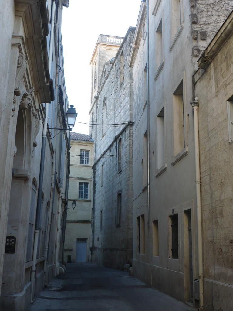 Au fond, à droite :  l'arrière de l'église NDdesT.